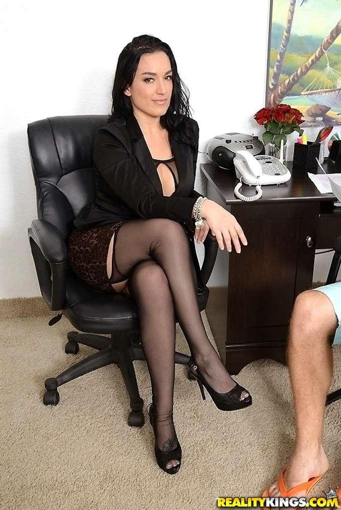 La tía me cita en su despacho y me folla - foto 1