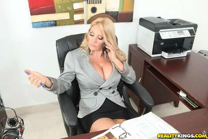 La directora paga las nóminas con sexo - foto 1