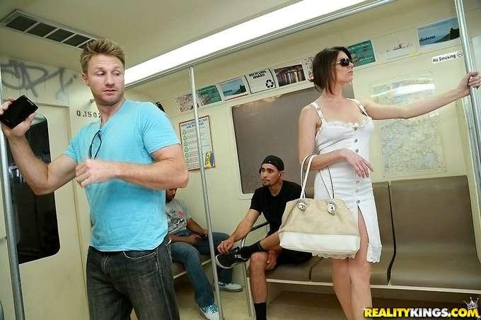 Se liga y se folla a una madura en el metro - foto 1