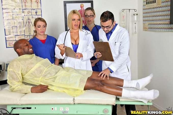 La doctora y las enfermeras se lo follan - foto 2