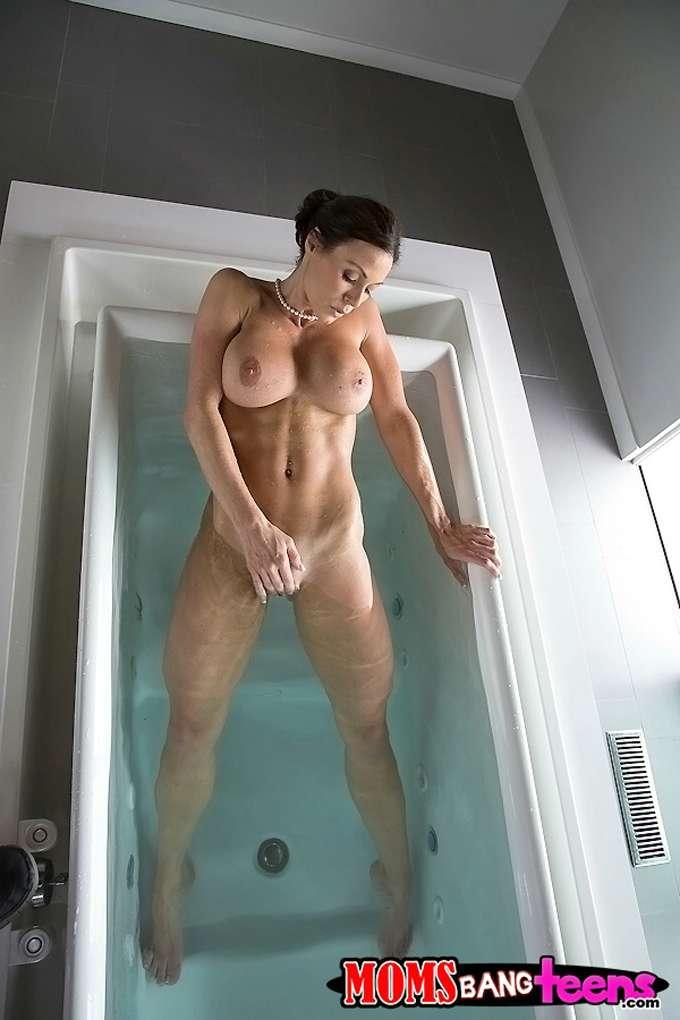 Graba a la madre masturbandose en el baño - foto 4