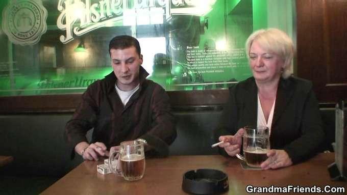 La abuela ha bebido mas de la cuenta y … - foto 1