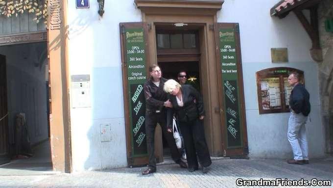 La abuela ha bebido mas de la cuenta y … - foto 2