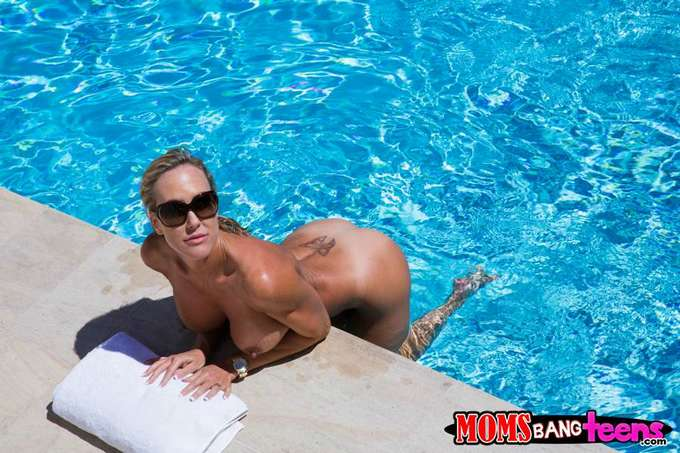 Me encuentro a mamá desnuda en la piscina - foto 3