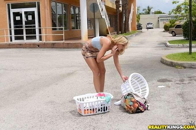 Se liga a una mujer casada en la lavandería - foto 2