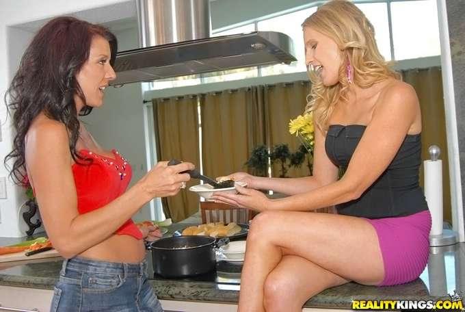 Cuñadas se comen el coño en la cocina - foto 3
