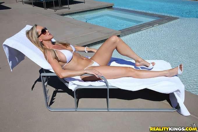 Brandi: madura en la piscina enseñando coño - foto 3