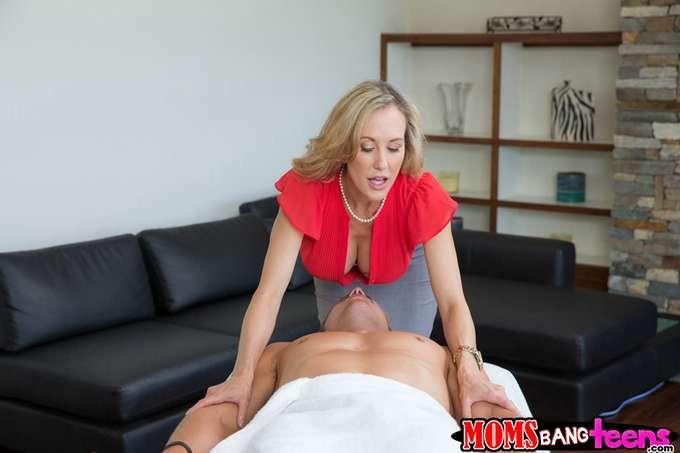 Se empalma cuando la madre le da un masaje - foto 3