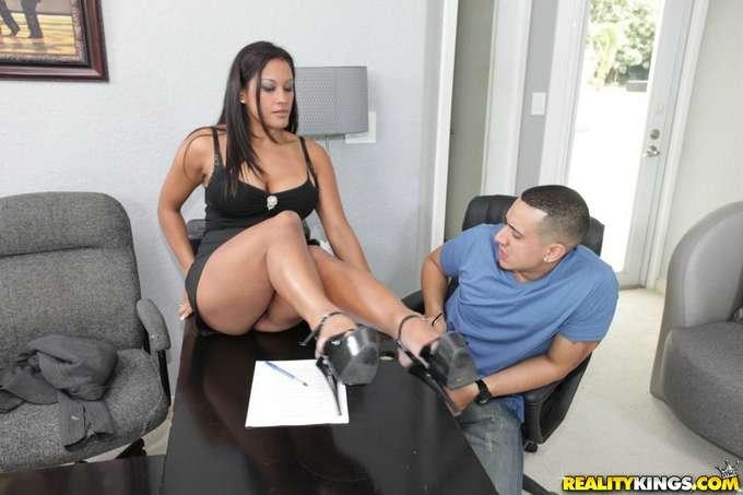 Salta la mesa para follarse al joven becario - foto 4
