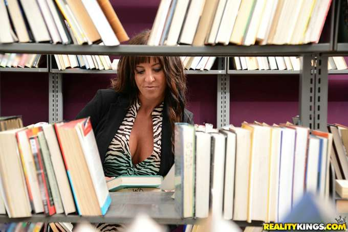 Se liga y se folla a la madura en la biblioteca - foto 2