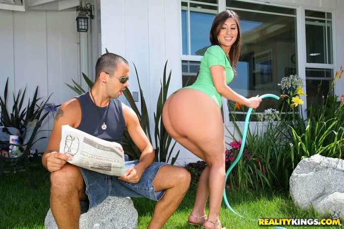 Follandole el culazo a la puta de la jardinera - foto 4