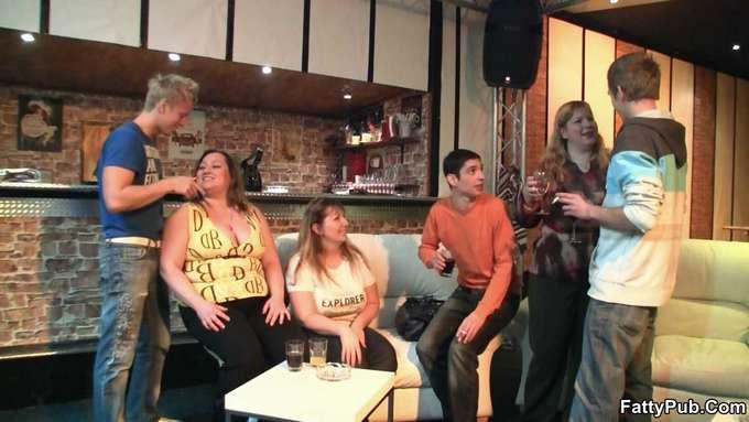 Madura gorda acaba follada en el bar - foto 3
