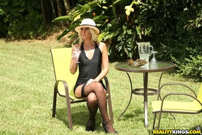 Espera en el jardín la llegada de su hijastro - foto 1