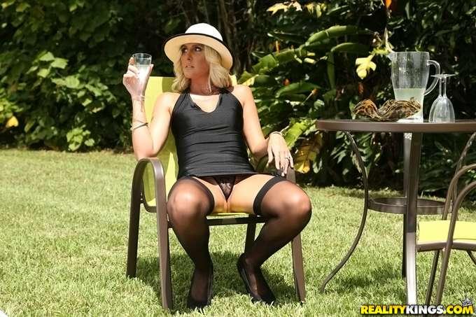 Espera en el jardín la llegada de su hijastro - foto 2