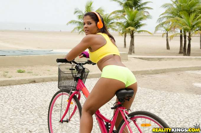 A la brasileña le encanta montar en bicicleta - foto 1