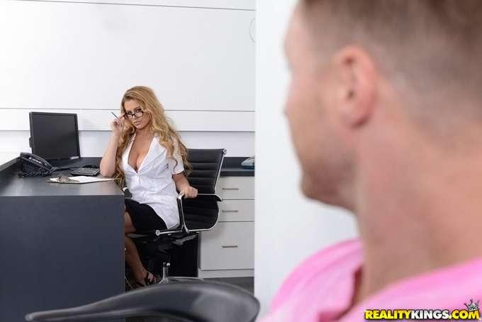 A la dentista se le salen las tetas !! - foto 2