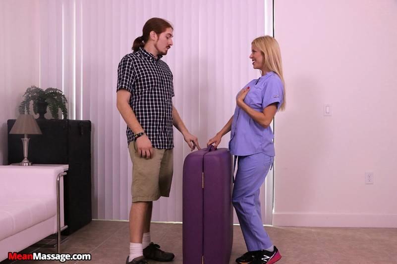 La masajista tetona le casca un buen pajote al paciente - foto 1