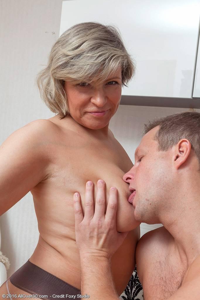 La vecina viuda se pone a tiro y consigo follármela - foto 3
