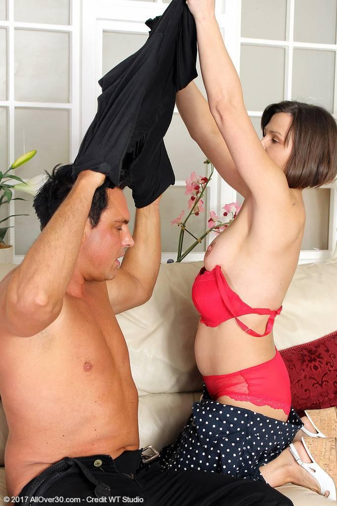 Casada infiel se folla al mejor amigo de su pobre marido - foto 3
