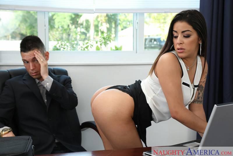 Madre mia el culo de la secretaria, no puedo dejar de mirarlo - foto 3