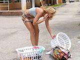 Se liga a una mujer casada en la lavandería - Fotos Porno