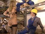 La mujer del jefe se folla a dos obreros - Trios