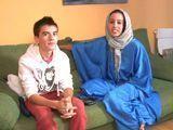 Esposa árabe follada por un joven Español - Españolas