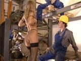 A la patrona le gusta follarse a los obreros - Trios