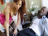 Hipnotiza al paciente negro para follarselo - Interracial