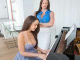 Si toco mal el piano, mamá me da unos azotes - Fotos Porno