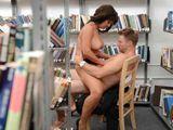 Se liga y se folla a la madura en la biblioteca - Fotos Porno