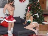 Madre e hija ponen el árbol de navidad juntas - Fotos Porno