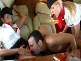 Trío con las azafatas en pleno vuelo - Trios