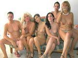 Orgía porno con mi madre y con su amiga - Porno Español