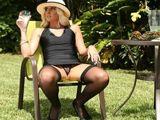 Espera en el jardín la llegada de su hijastro - Fotos Porno