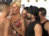 Porno italiano: Milf follada por varios tíos - Italianas