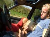 La vieja se la chupa a un extraño en el coche - Abuelas