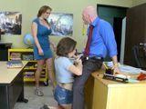 Madre e hija se follan juntas al profesor - Zorras