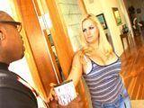 Abre la puerta a un vendedor ambulante - Interracial