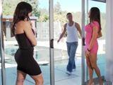Dos casadas se ligan al chico de la piscina - Trios