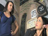 Madre e hija comparten un glory hole
