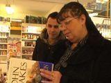 Se liga a una viuda en la librería - Amateur
