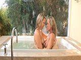 Le encanta bañarse con mamá - Lesbianas