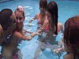 Las vecinas se divierten en la piscina - Orgias