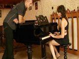La MILF toca muy bien el piano y más cosas - Cerdas