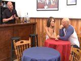 Cachonda Milf mulata ligando en el bar - Culos