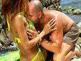 Putita brasileña ligando en la playa - Actrices Porno