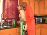 Un preso entra en casa y se la clava enterita - Actrices Porno