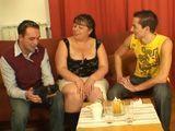 Los hermanos le hacen una visita a la tía - Incestos