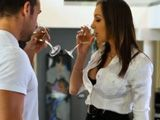 Un poco de vino antes de follar con ella - Infieles